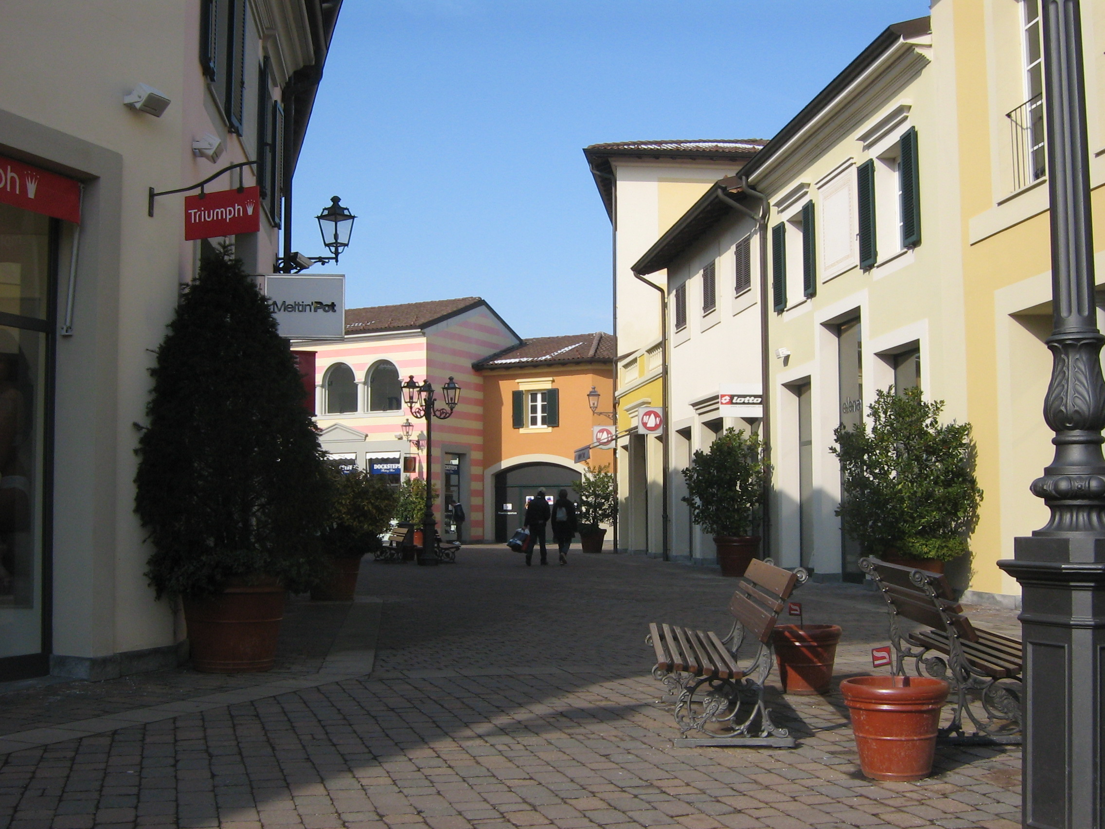 Guida al designer outlet serravalle by mc arthur glen for Serravalle designer outlet
